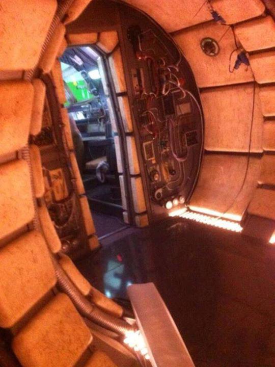 Leaked 39 star wars episode vii 39 photos show a millennium for Interior halcon milenario